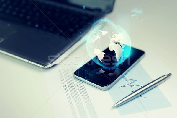 Stock fotó: Közelkép · okostelefon · Föld · földgömb · hologram · üzlet