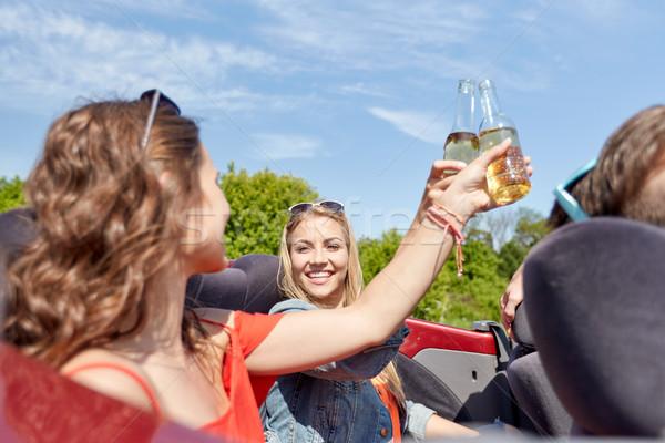 Gelukkig vrienden rijden kabriolet auto bier Stockfoto © dolgachov