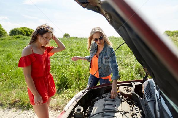 Vrouwen Open kapotte auto platteland weg reis Stockfoto © dolgachov