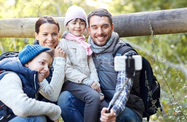 Famiglia felice smartphone stick boschi viaggio turismo Foto d'archivio © dolgachov