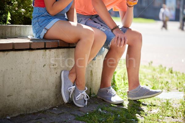 счастливым пару сидят городской улице скамейке Сток-фото © dolgachov