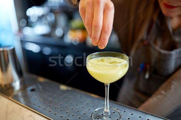 Barmen cam kokteyl bar alkol içecekler Stok fotoğraf © dolgachov
