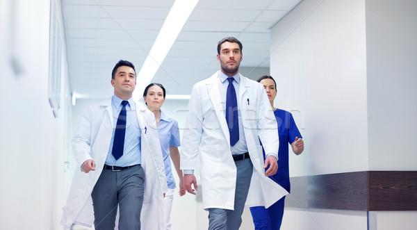 Csoport sétál kórház klinika emberek egészségügy Stock fotó © dolgachov