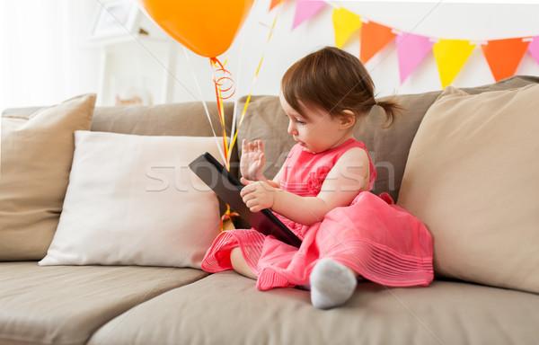 Kislány táblagép születésnapi buli otthon gyermekkor emberek Stock fotó © dolgachov