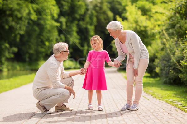 シニア 祖父母 孫娘 公園 家族 世代 ストックフォト © dolgachov