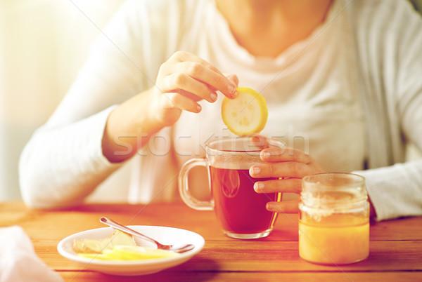 Malade femme potable thé citron Photo stock © dolgachov