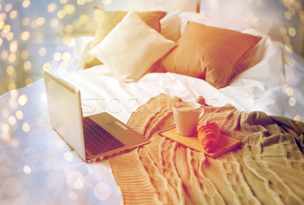 Laptop koffie croissant bed gezellig home Stockfoto © dolgachov