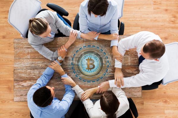 üzleti csapat bitcoin hologram kéz a kézben együttműködés pénzügy Stock fotó © dolgachov