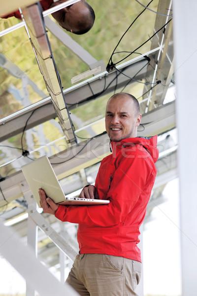 Mérnök laptopot használ napelemek növény mező üzletember Stock fotó © dotshock