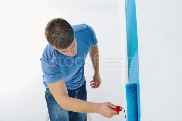 Сток-фото: красивый · молодым · человеком · краской · белый · стены · цвета