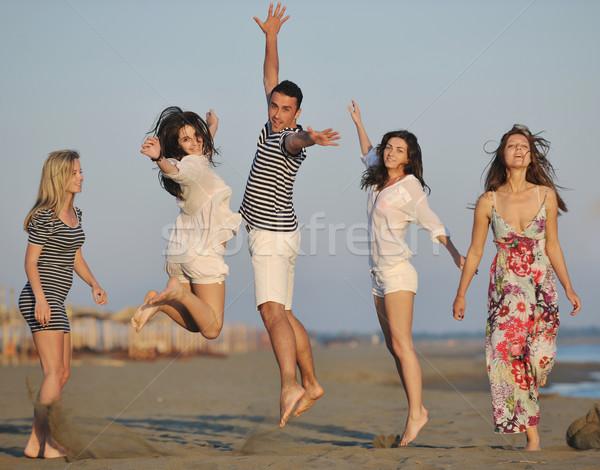 Szczęśliwy młodych ludzi grupy zabawy plaży uruchomić Zdjęcia stock © dotshock