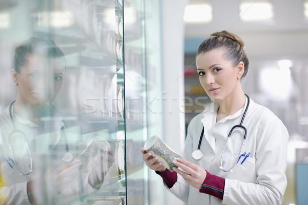 Zdjęcia stock: Farmaceuta · chemik · kobieta · stałego · apteki · apteka