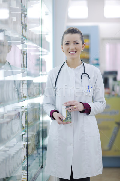 Apotheker scheikundige vrouw permanente apotheek drogist Stockfoto © dotshock