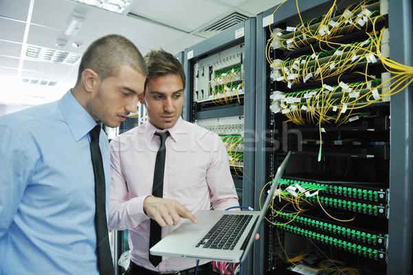 Ingenieurs netwerk server kamer groep jonge Stockfoto © dotshock