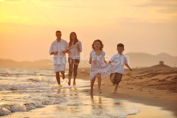 ストックフォト: 幸せ · 小さな · 家族 · 楽しい · ビーチ · 日没