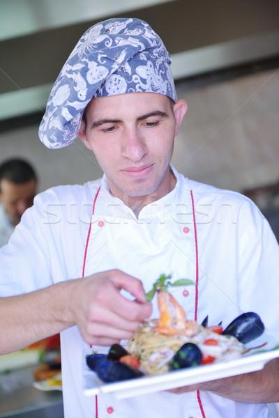 Szakács ételt készít jóképű fehér egyenruha tészta Stock fotó © dotshock