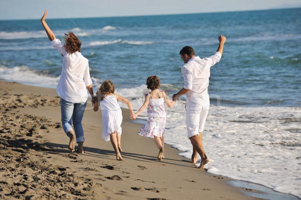 Foto d'archivio: Felice · giovani · famiglia · divertimento · spiaggia · bianco