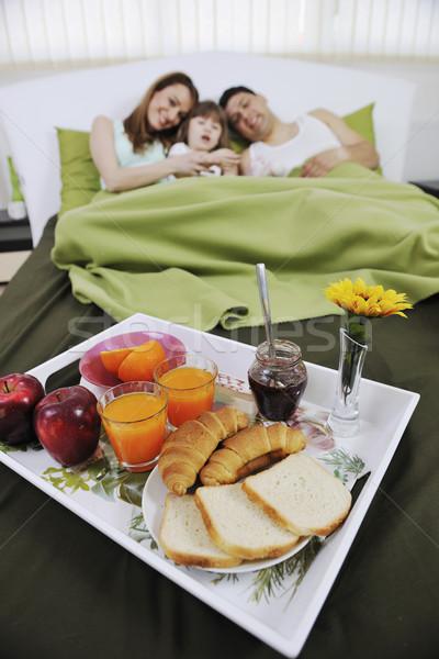 Gelukkig jonge familie eten ontbijt bed Stockfoto © dotshock