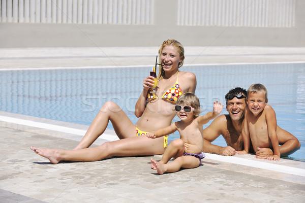 Foto d'archivio: Felice · giovani · famiglia · divertimento · piscina