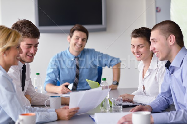 Geschäftsleute Sitzung Büro Gruppe glücklich jungen Stock foto © dotshock