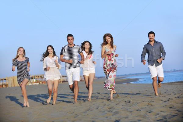 счастливым молодые люди группа весело пляж запустить Сток-фото © dotshock
