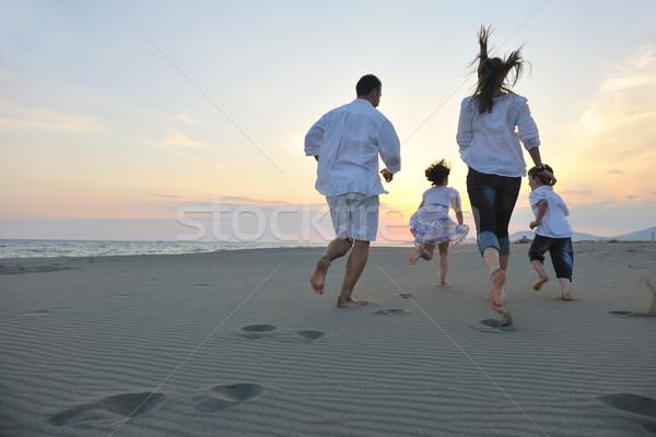 Feliz jóvenes familia diversión playa puesta de sol Foto stock © dotshock