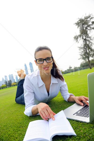 Donna laptop parco felice giovani studente Foto d'archivio © dotshock
