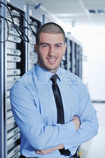 Foto stock: Jóvenes · centro · de · datos · servidor · habitación · guapo · hombre · de · negocios