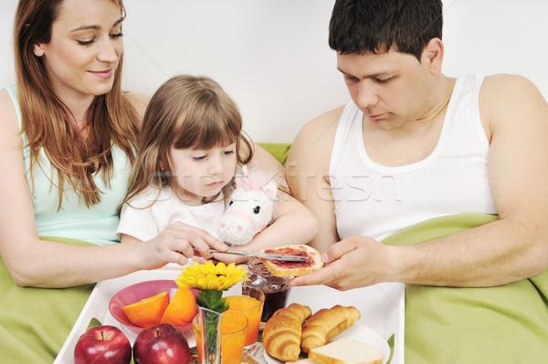 Felice giovani famiglia mangiare colazione letto Foto d'archivio © dotshock