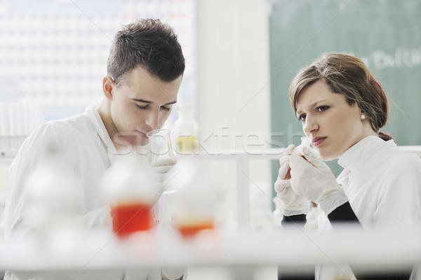 Foto stock: Estudantes · casal · lab · jovem · brilhante · homem