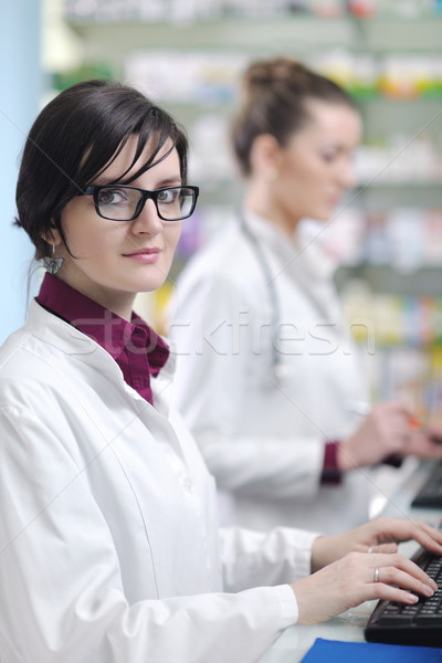 チーム 薬剤師 化学者 女性 薬局 ドラッグストア ストックフォト © dotshock