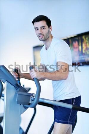Zdjęcia stock: Człowiek · uruchomiony · kierat · przystojny · mężczyzna · nowoczesne · siłowni