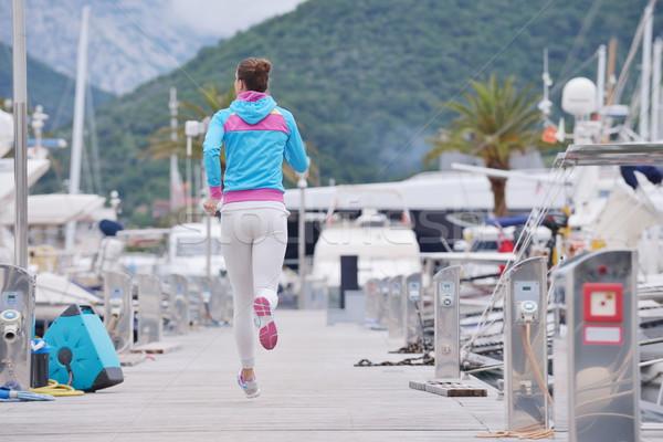 Femme jogging marina tôt le matin yacht bateaux Photo stock © dotshock