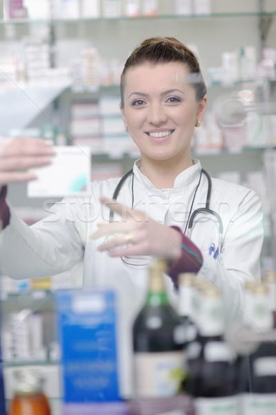 Gyógyszerész vegyész nő áll gyógyszertár drogéria Stock fotó © dotshock