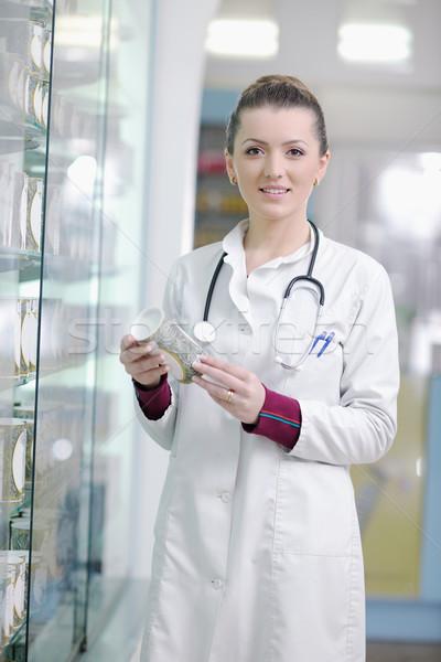 Farmaceuta chemik kobieta stałego apteki apteka Zdjęcia stock © dotshock