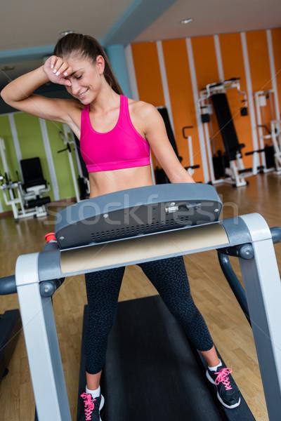 Mujer noria gimnasio deporte fitness foto stock for Deporte gym