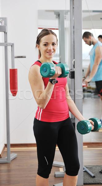 Vrouw fitness training gewichten jonge vrouw sport Stockfoto © dotshock