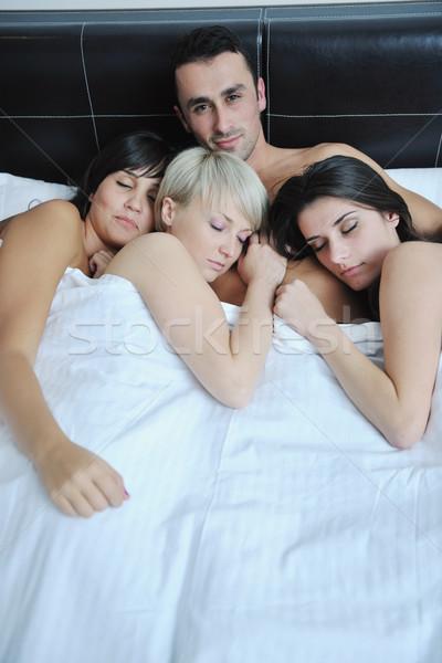 Один парень и три девушки пирамида порно клубе измена