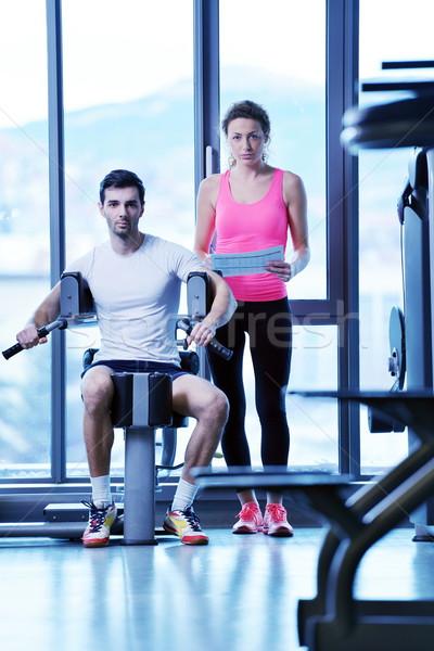 Vrouw personal trainer gymnasium glimlach man Stockfoto © dotshock