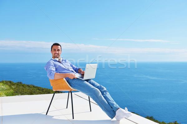 Tânăr acasă balcon frumos relaxare Imagine de stoc © dotshock