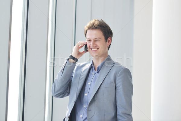 ストックフォト: 小さな · ビジネスマン · 話 · 携帯電話 · 明るい · ウィンドウ