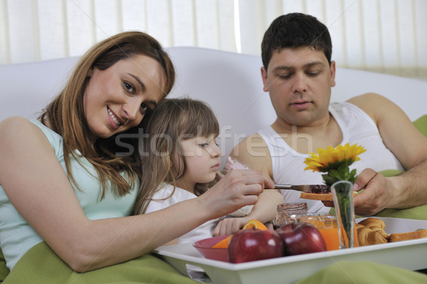 Feliz jóvenes familia comer desayuno cama Foto stock © dotshock