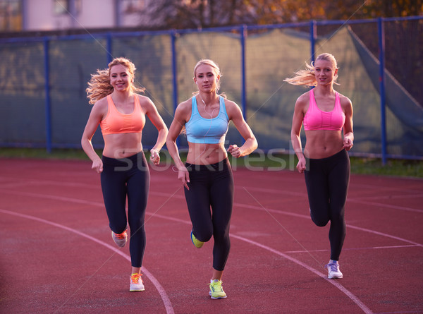 Athleten Frau Gruppe läuft Leichtathletik Rennstrecke Stock foto © dotshock