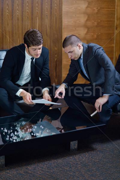 Zakenlieden deal handen schudden teken Stockfoto © dotshock