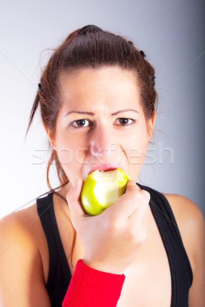 Güzel genç kadın yeme elma portre kadın Stok fotoğraf © dukibu
