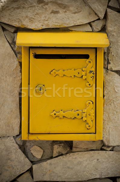 Buzón amarillo muro de piedra pared carta piedra Foto stock © dzejmsdin
