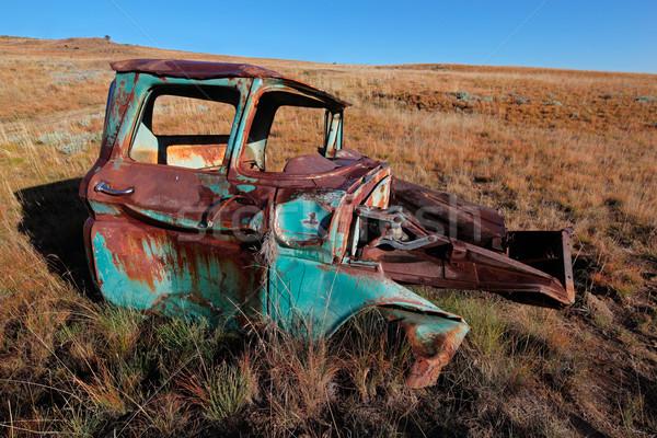 Roestige oude vrachtwagen wrak uit veld Stockfoto © EcoPic
