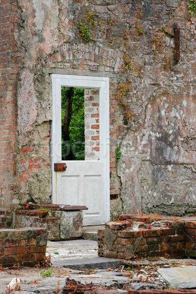 Drzwi częściowo nietknięty budynku kamień Zdjęcia stock © EcoPic