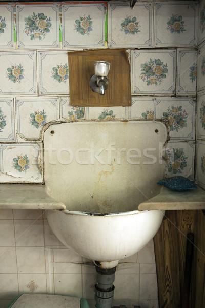 Starych umywalka zaniedbany kanapkę sklepu para Zdjęcia stock © eldadcarin