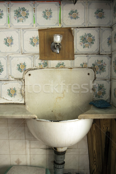 Velho afundar negligenciadas sanduíche armazenar casal Foto stock © eldadcarin